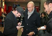 Foto di Donato Fasano Photoagency, nella foto : Checcozalone Luca Medici alla presentazione del film a Bari il 27 11 2009 titolo film cado dalle nubi , mentre firma autografi