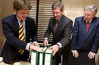 11 DEC 2003, BERLIN/GERMANY:<br /> Eckart von Klaeden, CDU, Parl. Geschaeftsfuehrer der CDU/CSU BT-Fraktion, Christian Wulff, CDU, Ministerpraesident Neidersachsen, und Roland Koch, CDU, Ministerpraesident Hessen, (v.L.n.R.), stellen die Ordner auf den Tisch, vor Beginn der Sitzung des Vermittlungsausschusses, Bundesrat<br /> IMAGE: 20031211-02-004<br /> KEYWORDS: Gespräch, Gespraech