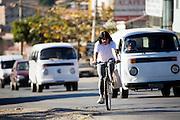 Belo Horizonte_MG, Brasil...Mulher andando de bicicleta na rua...A woman riding bike in the street...Foto: JOAO MARCOS ROSA /  NITRO