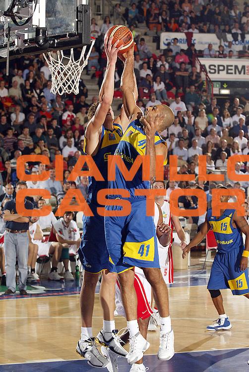 DESCRIZIONE : Varese Precampionato Lega A1 2006-07 Trofeo Akena Memorial Cesare Fermi Whirlpool Varese Khimky Mosca<br /> GIOCATORE : Okulaja <br /> SQUADRA : Khimky Mosca<br /> EVENTO : Precampionato Lega A1 2006-2007 Trofeo Akena Memorial Cesare Fermi<br /> GARA : Whirlpool Varese Khimky Mosca<br /> DATA : 29/09/2006 <br /> CATEGORIA : Rimbalzo <br /> SPORT : Pallacanestro <br /> AUTORE : Agenzia Ciamillo-Castoria/G.Cottini