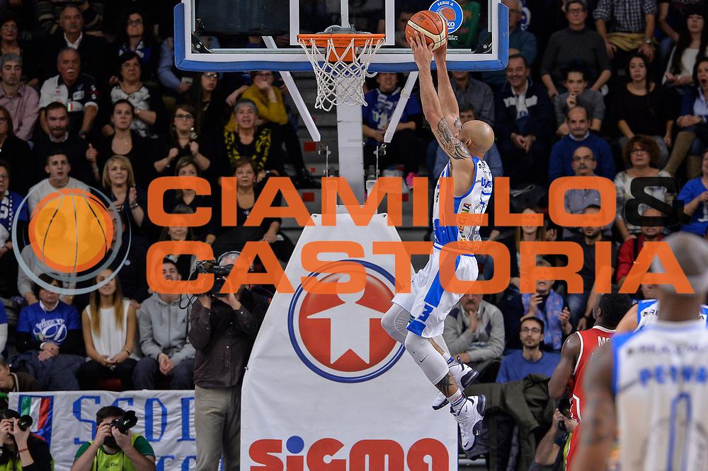 DESCRIZIONE : Sassari LegaBasket Serie A 2015-2016 Dinamo Banco di Sardegna Sassari - Giorgio Tesi Group Pistoia<br /> GIOCATORE : David Logan<br /> CATEGORIA : Schiacciata Sequenza Controcampo<br /> SQUADRA : Dinamo Banco di Sardegna Sassari<br /> EVENTO : LegaBasket Serie A 2015-2016<br /> GARA : Dinamo Banco di Sardegna Sassari - Giorgio Tesi Group Pistoia<br /> DATA : 27/12/2015<br /> SPORT : Pallacanestro<br /> AUTORE : Agenzia Ciamillo-Castoria/L.Canu