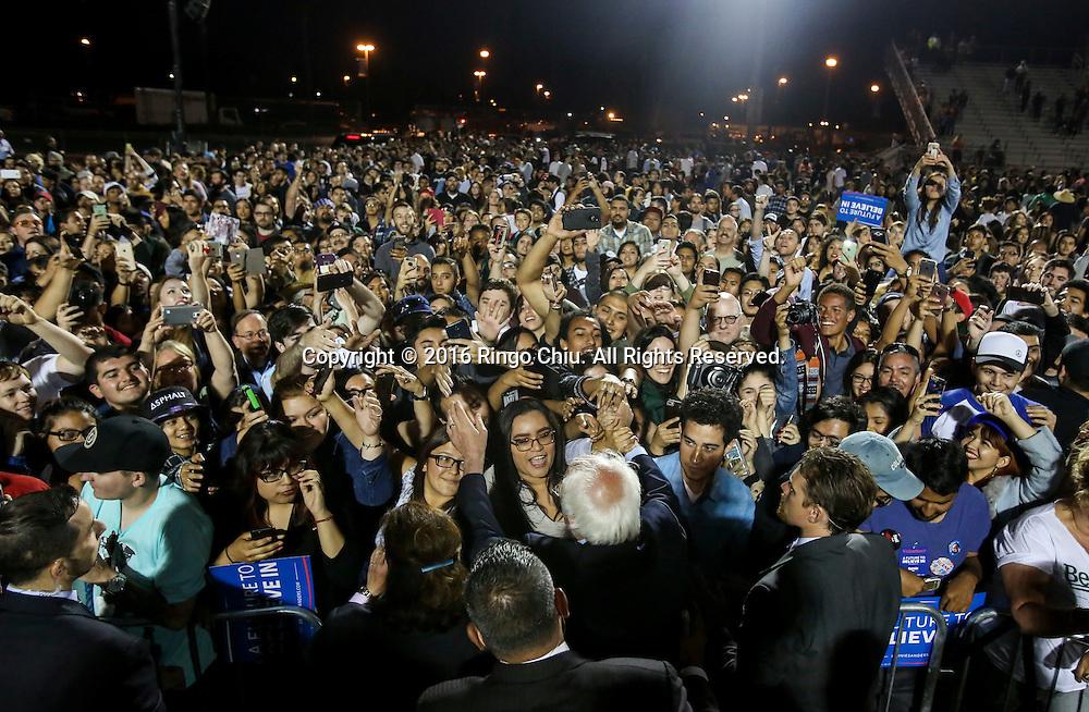 5月26日,在美国加利福尼亚州洛杉矶的波莫纳市,伯尼&middot;桑德斯与支持者握手。当日,美国民主党总统竞选人伯尼&middot;桑德斯在洛杉矶举行竞选集会。 新华社发(赵汉荣摄)<br /> Democratic presidential candidate Bernie Sanders greets supporters after speaking at a rally in Pomona, California, the United States, on May 26, 2016. (Xinhua/Zhao Hanrong)(Photo by Ringo Chiu/PHOTOFORMULA.com)<br /> <br /> Usage Notes: This content is intended for editorial use only. For other uses, additional clearances may be required.