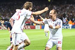 27-04-2010 VOETBAL: OLYMPIQUE LYON - BAYERN MUNCHEN: LYON<br /> Halve finale Champions League / Bayern Muchen plaatst zich voor de finale door Lyon met 3-0 te verslaan -  Freude nach dem 1-0 Thomas Mueller (FC Bayern Nr.25) Torschutze Ivica Olic (FC Bayern Nr.11) und Arjen Robben (FC Bayern Nr.10)<br /> ©2010-FRH-nph / Straubmeier
