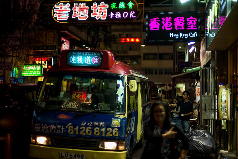 Hong Kong | 03.05.2017: Hong Kong <br /> <br /> hier: Bus<br />  <br /> Sascha Rheker<br /> 20170503<br /> <br /> [Inhaltsveraendernde Manipulation des Fotos nur nach ausdruecklicher Genehmigung des Fotografen. Vereinbarungen ueber Abtretung von Persoenlichkeitsrechten/Model Release der abgebildeten Person/Personen liegt/liegen nicht vor.]