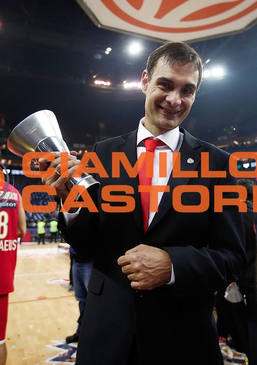 DESCRIZIONE : Londra London Eurolega Eurolegue 2012-13 Final Four Final Finale Olympiacos Piraeus Real Madrid<br /> GIOCATORE : Bartzokas Gerogios<br /> SQUADRA : Olympiacos Piraeus<br /> CATEGORIA : esultanza award ceremony premiazione coach<br /> EVENTO : Eurolega 2012-2013<br /> GARA : Olympiacos Piraeus Real Madrid<br /> DATA : 12/05/2013<br /> SPORT : Pallacanestro<br /> AUTORE : Agenzia Ciamillo-Castoria/GiulioCiamillo<br /> Galleria : Eurolega 2012-2013<br /> Fotonotizia : Londra London Eurolega Eurolegue 2012-13 Final Four Final Finale Olympiacos Piraeus Real Madrid<br /> Predefinita :