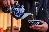 Ouzbekistan, region de Fergana, Richtan, Tchaikhana, maison de thé traditionnelle, femme préparant du thé // Uzbekistan, Fergana region, Richtan, Tchaikhana, traditional tea house, woman making tea