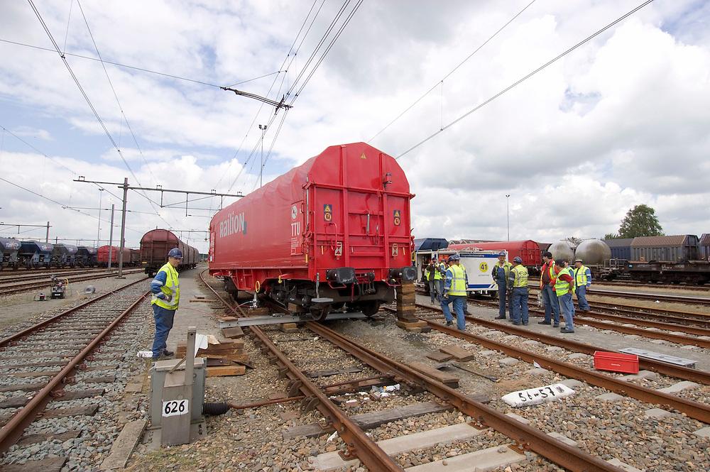 Nederland, Amersfoort , 20040701..Een wagon van een goederentrein is ontspoord op het emplacement van Amersfoort.  .Het Ongevallenbestrijdingsteam van de Nederlandse Spoorwegen is bezig de wagon weer op de rails gebracht.