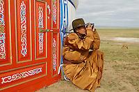 Mongolie. Province de Tov. Nomade surveillant son troupeau. // Mongolia. Tov province. Nomad watch over horses.