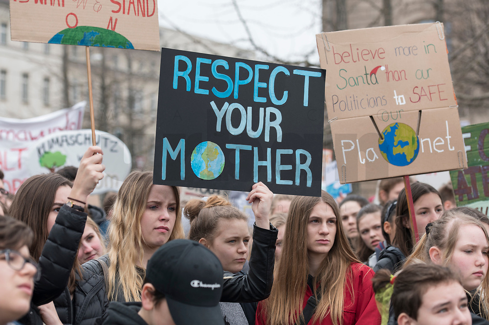 "22 MAR 2019, BERLIN/GERMANY:<br /> Kinder, Schueler und Jugendliche demonstrieren bei einer Demo ""Fridays for Future"" fuer mehr Klimaschutz, Invalidenpark<br /> IMAGE: 20190322-01-027<br /> KEYWORDS: Demonstration, Protest, portester, Youth, Clima, climate change, Demonstranten, Klimarettung, Demo, Schulstreik, Streik, Schüler, Klimawandel."