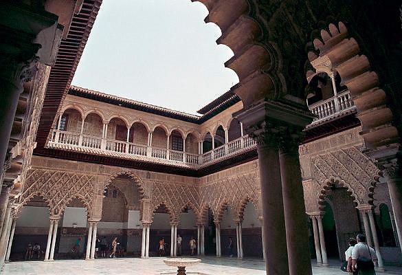 Spanje, Sevilla, 30-5-2007Alcazar, een koninklijk paleis en eeuwenlang de verblijfplek van de heersers van Sevilla. Gelegen in het historische centrum. In het Alcázar zetelden eerst de Moren, later namen de Christenen er hun intrek. Dit gebeurde nadat ze de Moren hadden verslagen. Het paleis van tegenwoordig, stamt uit de veertiende eeuw. Het werd vrijwel helemaal door de Christenen herbouwd. Wel zijn er duidelijk, islamitische, mudéjar-elementen.