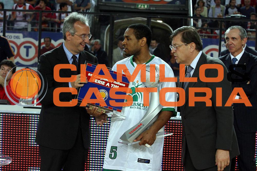 DESCRIZIONE : Roma Lega A1 2006-07 Playoff Semifinale Gara 2 Lottomatica Virtus Roma Montepaschi Siena <br />GIOCATORE : Walter Veltroni Terrel Mc Intyre Enrico Prandi<br />SQUADRA : <br />EVENTO : Campionato Lega A1 2006-2007 Playoff Semifinale Gara 2 <br />GARA : Lottomatica Virtus Roma Montepaschi Siena <br />DATA : 02/06/2007 <br />CATEGORIA : Ritratto Premiazione<br />SPORT : Pallacanestro <br />AUTORE : Agenzia Ciamillo-Castoria/G.Ciamillo