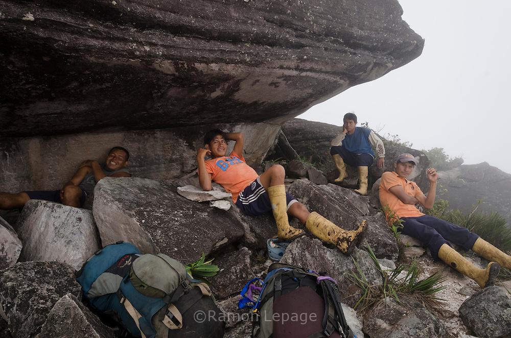 """AUYANTEPUY, VENEZUELA.  Grupo de porteadores observando inicio del Rappel (350 mts.) por la margen izquierda de la cascada del Salto Angel hasta al sitio del vivac conocido como """"La Cueva"""". El Auyantepuy es el mayor de los tepuis del Parque Nacional Canaima. En sus 700 kms2 alberga el salto angel o conocido por lengua indígena Pemon como """"Kerepacupai Vena; es la caída de agua más grande del mundo con sus 979 metros de altura. (Ramon lepage /Orinoquiaphoto/LatinContent/Getty Images)"""