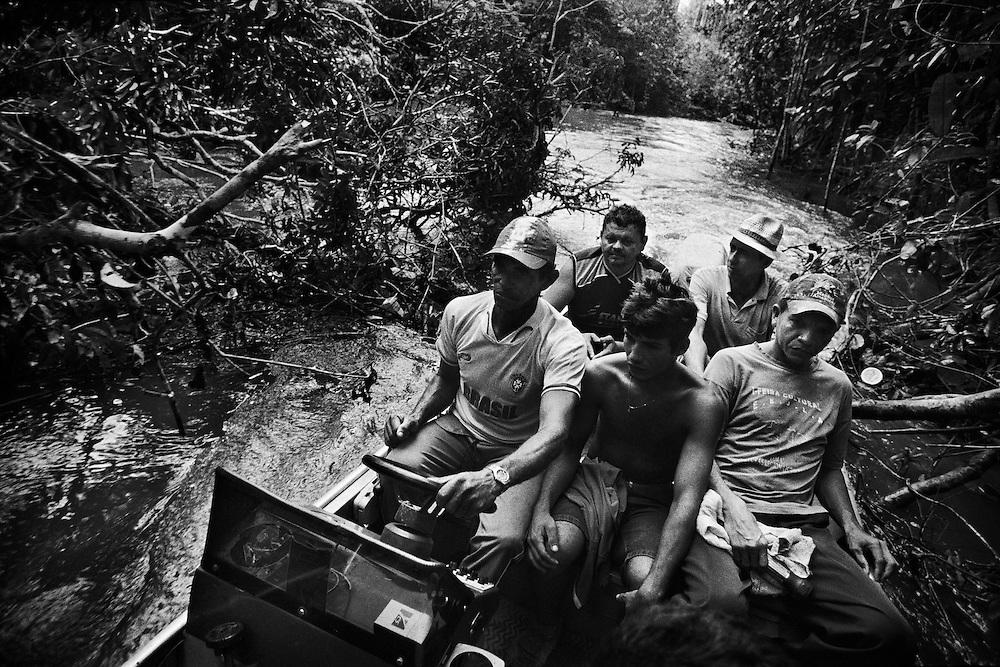 Brazil, Amazonas, Eldorado do Juma.<br /> <br /> Grota rica, garimpeiros.<br /> Eldorado do Juma est maintenant un bidonville de plastique noir et de misere croissante sur la rive du fleuve, qui attire les prospecteurs. Des centaines d'hommes y creusent la boue sur leurs petites parcelles delimitees par des branchages et des ficelles. A la fin du jour, les plus chanceux auront trouve quelques poussieres d'or, vendues ensuite 40 reals le gramme (14,5 euros) a Apui, 65km au nord. Les plus riches du coin sont ceux et celles qui cuisinent, nettoient, divertissent ou transportent les mineurs. Il y a trop de prospecteurs pour la teneur du filon principal, du coup les garimpeiros s&rsquo;eparpillent sur une surface qui couvre plus de 40 hectares. Un service de canots taxi s'est organise pour transporter les hommes d'un point a l'autre de la foret.