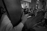 """Il venerdì che precede la pasqua, per le vie del centro storico di Francavilla Fontana, piccolo paese della provincia di Brindisi, si ripete il rituale ormai tramandato da anno in anno della processione dei misteri. E' questo il momento dove tutta la popolazione si raccoglie in preghiera e penitenza per rendere omaggio al Cristo morto in croce. Qui varie congreghe e confraternite sfilano per le vie del paese portando in spalla le statue che raffigurano la passione di Cristo. Insieme a loro ci sono """"i pappamusci"""", coppie di confratelli che appartengono alla congregazione del Carmine. Sono vestiti con la classica veste bianca , un cingolo alla cintura che rappresenta il simbolo del sacrificio, un mantello marrone detto scapolare ed in fine il cappuccio e cappello."""