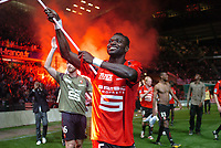 Fotball<br /> Frankrike<br /> Foto: Dppi/Digitalsport<br /> NORWAY ONLY<br /> <br /> FOOTBALL - FRENCH CHAMPIONSHIP 2007/2008 - L1 - STADE RENNAIS v TOULOUSE FC - 10/05/2008 - JOHN MENSAH (REN) CELEBRATES THE RENNES FANS FOR THE LAST SEASON'S GAME IN ROUTE DE LORIENT STADIUM<br /> <br /> RENNES