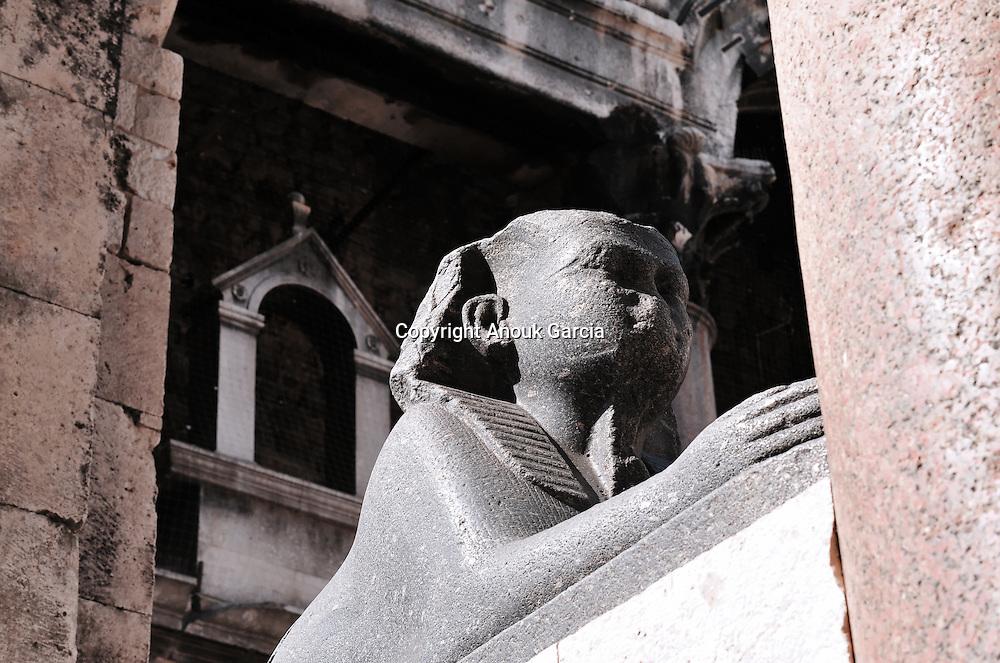 Un Sphinx aux mains humaines emblême funéraire de l'égypte  pourrait indiqué l'entrée du Mausolée de l'ancien empereur Dioclétien. Les spéciaistes le date de Ramses II