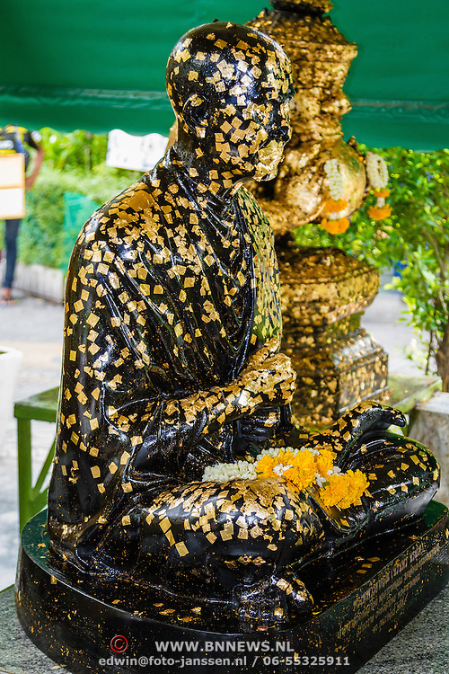 THA/Bangkok/201607111 - Vakantie Thailand 2016 Bangkok, met goud belegde buddha in de Wat Arun tempel in Bangkok
