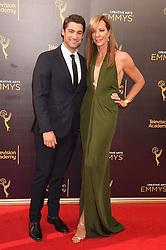 Allison Janney, Philip Joncas bei der Ankunft zur Verleihung der Creative Arts Emmy Awards in Los Angeles / 110916 <br /> <br /> *** Arrivals at the Creative Arts Emmy Awards in Los Angeles, September 11, 2016 ***