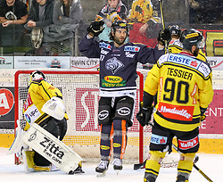 10.12.2017, Albert Schultz Halle, Wien, AUT, EBEL, UPC Vienna Capitals vs Dornbirner Eishockey Club, Grunddurchgang, 27. Runde, im Bild Tor zum 1:2 durch Scott Timmins (Dornbirner Eishockey Club) // during the Erste Bank Icehockey League 27th round match between UPC Vienna Capitals and Dornbirner Eishockey Club at the Albert Schultz Halle in Vienna, Austria on 2017/12/10. EXPA Pictures © 2017, PhotoCredit: EXPA/ Alexander Forst