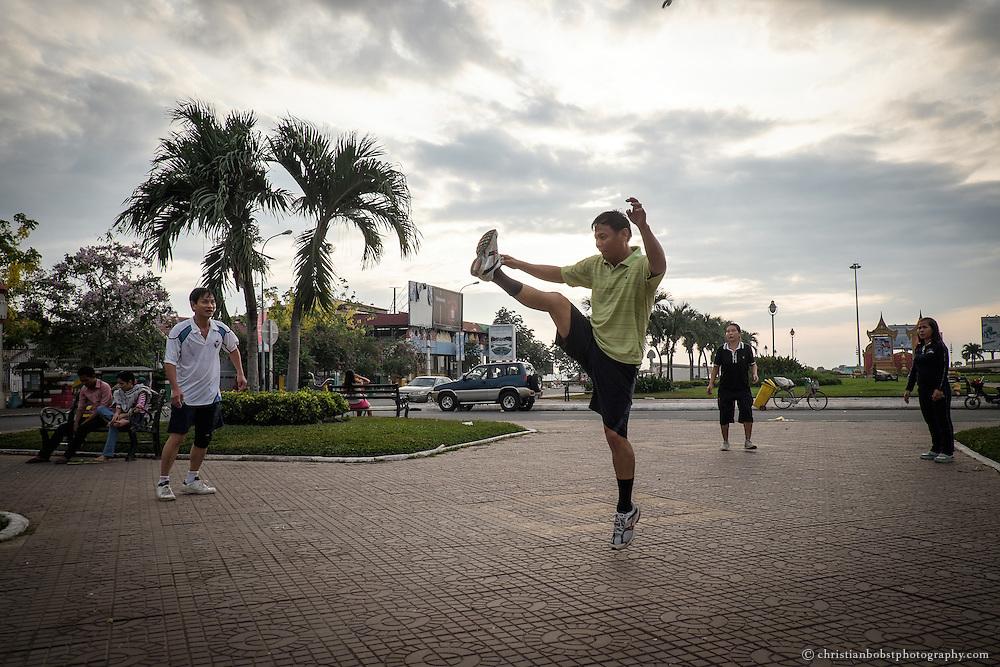 In den Parks von Phnom Penh kann man häufig Leute beim Ausüben der populären Sportart Chinlon beobachten. Chinon ist eine Art Fuss-Federball ist in Kambodscha auch unter dem Namen Si bekannt.