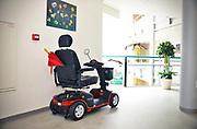 Nederland, Groesbeek, 9-10-2017Een scootmobiel staat op een gang van een verzorgingshuis.Foto: Flip Franssen