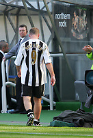 Photo. Andrew Unwin, Digitalsport<br /> Newcastle United v Chelsea, Barclays Premiership, St James' Park, Newcastle upon Tyne 15/05/2005.<br /> Newcastle's Alan Shearer trudges off the pitch after a less than successful season.
