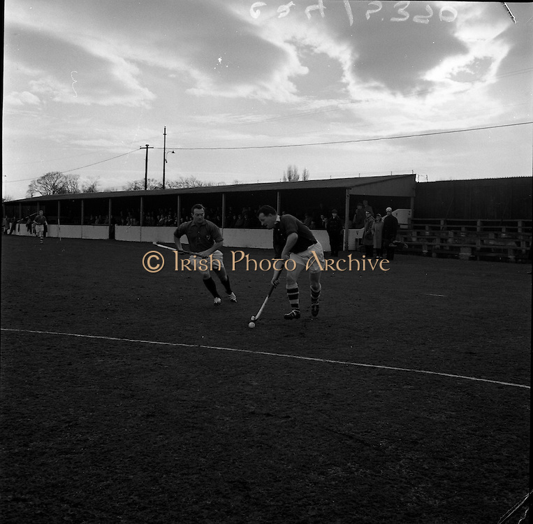 20/01/1962.01/20/1962.20 January 1962.Leinster v Munster Interprovincial Mens Hockey, played at Londonbridge Road, Dublin..L. Byrne 9Munster) advances on the Leinster goal with K. Blackmore (Leinster) in hot pursuit.