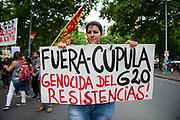 Santiago Mazzarovich/ URUGUAY/ MONTEVIDEO/ Bajo la convocatoria de la Coordinaci&oacute;n Anti G-20, se realiz&oacute; una marcha desde Plaza Libertad hasta la Embajada de Francia, pasando por el Consulado de Argentina para repudiar la reuni&oacute;n del G20 que se est&aacute; realizando en Buenos Aires. Durante el trayecto hubo incidentes con periodistas y se atacaron diversos edificios.<br /> Luego de la movilziaci&oacute;n la Polic&iacute;a, la Guardia Republicana el Grupo GEO patrullaron el Centro de Montevideo.<br /> <br /> En la foto: Movilizaci&oacute;n anti G-20. Foto: Santiago Mazzarovich / adhocFOTOS.