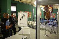 Mannheim. 01.03.17   BILD- ID 106  <br /> Unter hohe Sicherheitsvorkehrungen beginnt heute morgen am Landgericht der Prozess gegen einen 57-j&auml;hrigem Mann aus der T&uuml;rkei. Die Staatsanwaltschaft wirft ihm versuchten Mord vor. Er soll im Juni vergangenen Jahres in der Fahrlachstra&szlig;e f&uuml;nf Sch&uuml;sse auf einen Landsmann abgegeben haben. Die Hinterr&uuml;nde der Tat sind bisher weithin ungekl&auml;rt. Es k&ouml;nnten aber politische Interessen eine Rolle spielen. Der Mann auf den geschossen worden war, tritt bei dem Prozess als Nebenkl&auml;ger auf. Er soll ein Anh&auml;ner des t&uuml;rkischen Ministerpr&auml;sidenten Recep Tayyip Erdoğan sein. Der Angeklagte, so beschreibt es sein Verteidiger Stefan Alleier, geh&ouml;re keiner politischen Gruppierung an, er sei aber am Tattag nach Deutschland gereist, um einen Streit zwischen zerstrittenen Parteien zu schlichten. Geschossen habe sein Mandant erst dann, als er von seinem Gegen&uuml;ber angegriffen worden sei.<br /> Nach der Verlesung der Anklage durch die Staatsanwaltschaft, m&ouml;chte sich der Angeklagte mit einer ausf&uuml;hrlichen Erkl&auml;rung zum Tathergang &auml;u&szlig;ern. Der Beginn des Prozesses ist um 9 Uhr geplant.<br /> Bild: Markus Prosswitz 01MAR17 / masterpress (Bild ist honorarpflichtig - No Model Release!)