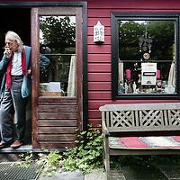 Nederland, Amsterdam,18 juni 2008..Writer and poet Simon Vinkenoog at his allotment..Schrijver Simon Vinkenoog op zijn volkstuin.