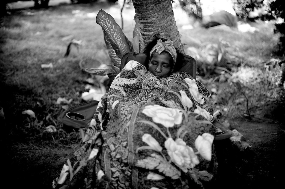 Port au Prince, Haiti - Sunday 17.<br /> Street images from Port au prince where inhabitants are still digging out their dead familymember of ruins in several parts of the city. Several areas of the city is totally destroyed, whereas others are hardly hit by the massive quake that Tuesday last week. Due to badly hit houses people still sleepe outside and in parks - afraid to go back home