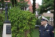 Een veteraan en inwoner van Bronbeek kijkt naar het beeld van de Jongenskampen uit voormalig Nederlands-Indie, het huidige Indonesie. In Arnhem worden op het landgoed van Het Koninklijk Tehuis voor Oud-Militairen en Museum Bronbeek de slachtoffers van de Birma Siam en de Pakanbaru spoorlijnen herdacht. Bij de aanleg van deze twee 'dodenspoorwegen' tijdens de Tweede Wereldoorlog zijn veel slachtoffers gevallen onder de dwangarbeiders die door de Japanse bezetter tewerk zijn gesteld.<br /> <br /> In Arnhem at the property of The Royal Home for Former Soldiers and Museum Bronbeek the victims of Burma and Siam railway Pakanbaru are commemorated. In the construction of these two 'dead railways' during World War II, many casualties among the convicts who are employed by the Japanese are made.
