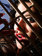 Joven gótica posando tras un enrejado. Sesión en Valparaíso, Chile.