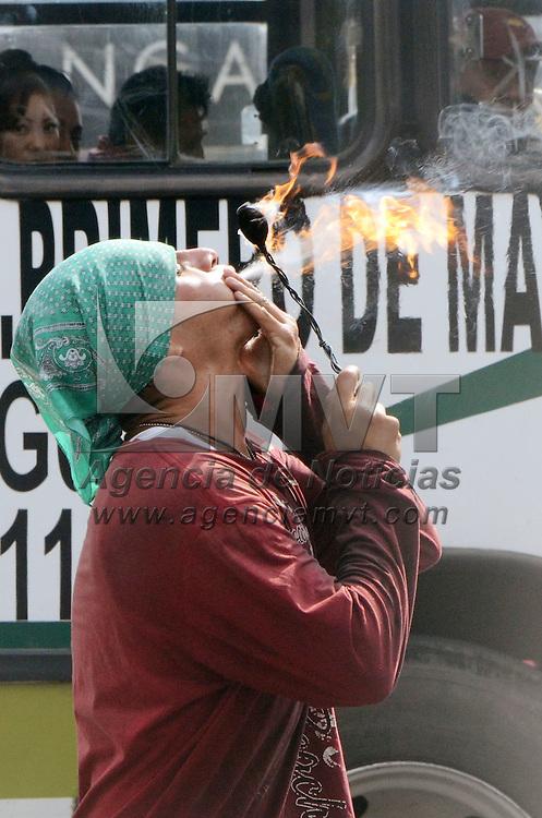 METEPEC, Mexico (Noviembre 05,2016).- Un joven de los llamados traga fuego, realiza su trabajo de todos los días, en diferentes cruceros de vehículos de las principales avenidas, como Pinosuarez y Díaz Mirón, recibiendo algunas monedas para mantener a su familia. Agencia MVT. José Hernández.