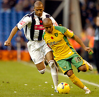 Photo: Leigh Quinnell.<br /> West Bromwich Albion v Norwich City. Coca Cola Championship. 11/11/2006. Norwichs' Robert Earnshaw looks to get away from West Broms Diomansy Kamara.