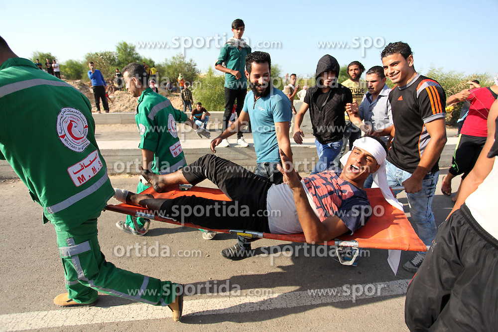 16.10.2015, Gaza city, PSE, Gewalt zwischen Pal&auml;stinensern und Israelis, im Bild Zusammenst&ouml;sse zwischen Pal&auml;stinensischen Demonstranten und Israelischen Sicherheitskr&auml;fte // Palestinian protester carry an injured comrade during clashes with Israeli security forces at the Erez crossing checkpoin. The unrest that has engulfed Jerusalem and the occupied West Bank, the most serious in years, has claimed the lives of 35 Palestinians and seven Israelis. The tension has been triggered in part by Palestinians' anger over what they see as increased Jewish encroachment on Jerusalem's al-Aqsa mosque compound, Palestine on 2015/10/16. EXPA Pictures &copy; 2015, PhotoCredit: EXPA/ APAimages/ Ashraf Amra<br /> <br /> *****ATTENTION - for AUT, GER, SUI, ITA, POL, CRO, SRB only*****
