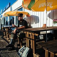 HSYO 20140723 Pelkosenniemi. Andy McCoyn serkku Esko Mäkitalo, 55, Seon terassilla. Kuva: Benjamin Suomela HS