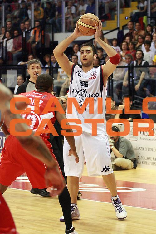 DESCRIZIONE : Biella Lega A 2008-09 Playoff Semifinale Gara 2 Angelico Biella Armani Jeans Milano<br /> GIOCATORE : Pietro Aradori<br /> SQUADRA : Angelico Biella<br /> EVENTO : Campionato Lega A 2008-2009 <br /> GARA : Angelico Biella Armani Jeans Milano<br /> DATA : 31/05/2009<br /> CATEGORIA : Passaggio<br /> SPORT : Pallacanestro <br /> AUTORE : Agenzia Ciamillo-Castoria/S.Ceretti