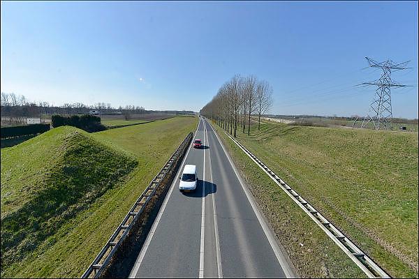 Nederland, Bemmel, 12-3-2015De A15 gaat bij knooppunt Ressen over in de N15. Vanaf dit punt wordt deze voor de regio Arnhem en Nijmegen belangrijke schakel in de verbinding naar Duitsland als gedeeltelijke tolweg doorgetrokken naar de A12 bij Zevenaar. Minister Schultz van Haegen verwacht dat na jaren discussie en uitstel, het 1 miljard kostende traject in 2018 klaar zal zijn. Onzeker is nog of er een tunnel of een brug over het Pannerdensch Kanaal komt. Foto: Flip Franssen