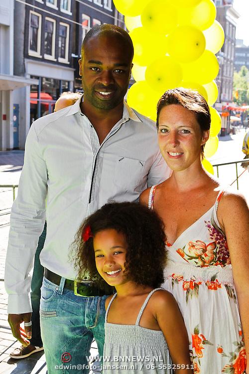 NLD/Amsterdam/20100627 - Inloop premiere Shrek 3D, Ramon Beuk en partner Glancy en dochter