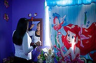 """Jeximar Suarez es una joven venezolana que vive y estudia en la ciudad de Barquisimeto, Edo. Lara. Participa y colabora en varias actividades de """"El Cercado"""", comunidad donde reside. Gracias a FundaHigado, al cuidado de su madre y a su tia, recibió un trasplante de higado que le permite disfrutar de la vida y agradecerle a Dios. Barquisimeto, Venezuela 22 y 23 Sep. 2012. (Foto/ivan gonzalez)"""