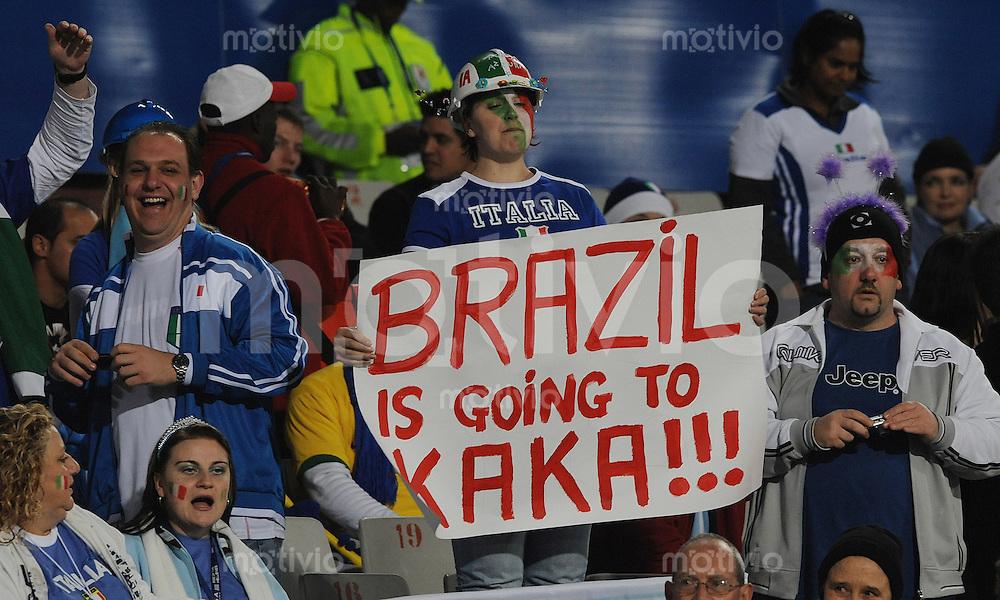 Fussball  International FIFA Confederations Cup 2009  21.06.2009 Italien - Brailien ITA Fans mit Kaka (BRA) Plakat