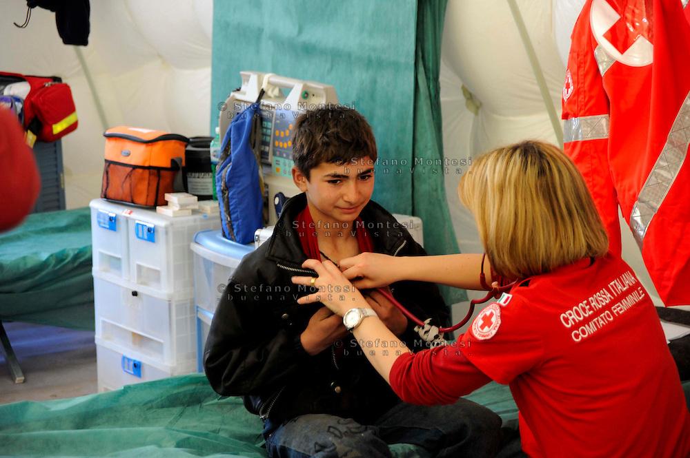 Roma 28 Febbraio 2009.Prima campagna di vaccinazione della Croce Rossa Italiana riguardante i bambini del campo nomadi Casilino 900, uno dei più grandi della Capitale..Medico della Croce Rossa Italiana visita un ragazzo rom