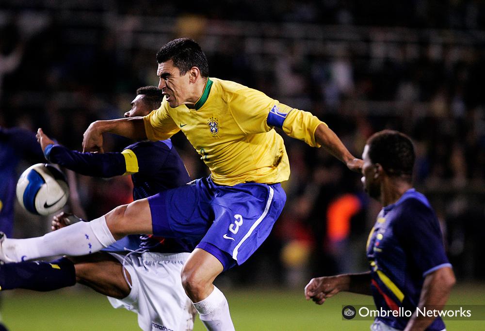 STOCKHOLM 061010<br /> FOTBOLL BRASILIEN ECUADOR<br /> I bild: Lucio attackerar i straffomr&aring;det.