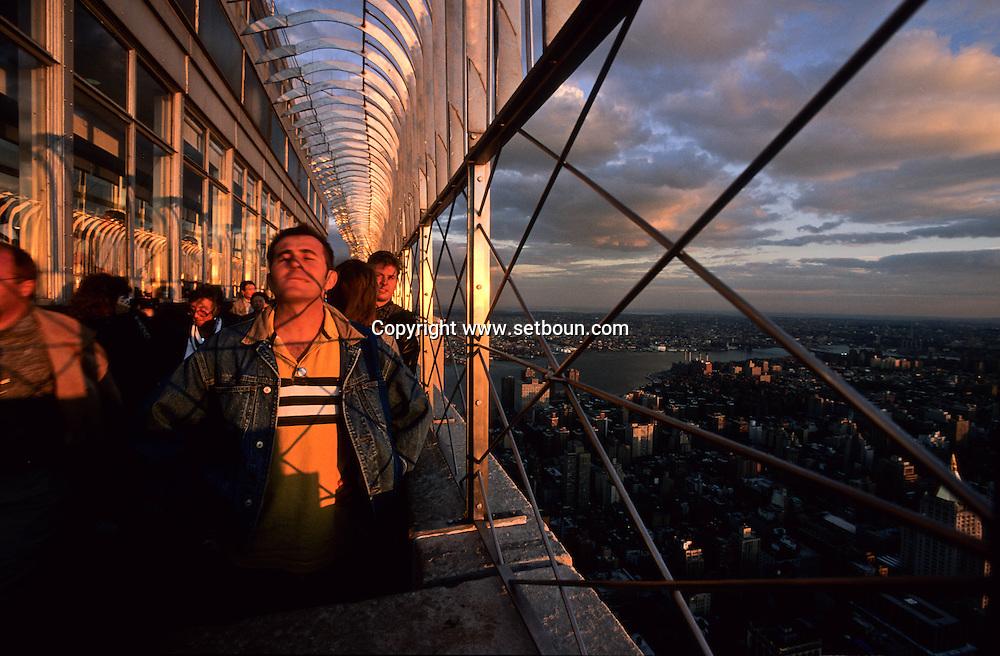 New York . elevated view  on Manhattan cityscape.. the empire state building terrace. /  Manhattan les tours jumelles du world trade center et L'Hudson river. vue depuis la terasse de l'empire state building.