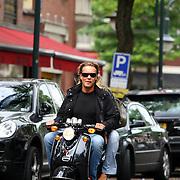 NLD/Amsterdam/20070818 - Bas Smit, partner van Nicolette van Dam op de scooter in Amsterdam