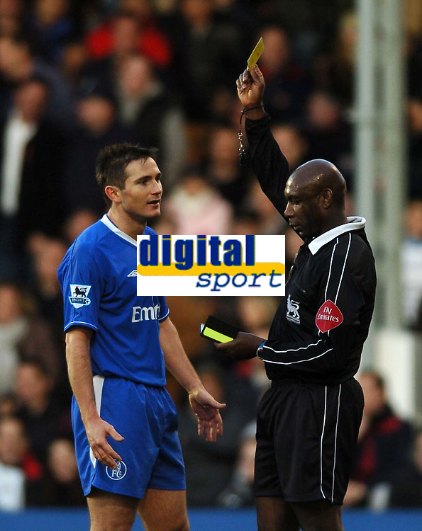 Fotball<br /> Premier League England 2004/2005<br /> Foto: BPI/Digitalsport<br /> NORWAY ONLY<br /> <br /> 13/11/2004 <br /> Fulham v Chelsea<br /> <br /> Uriah Rennie books Frank Lampard for diving despite replays showing he was clearly fouled in the penalty area