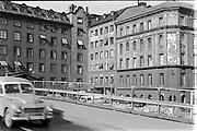 1964 | Rivningshus vid Malmskillnadsgatan som vid denna tid gick på en provisorisk bro av stålställningar över en delvis bortschaktad Brunkebergsås under arbetet med omdaningen av Stockholms centrum