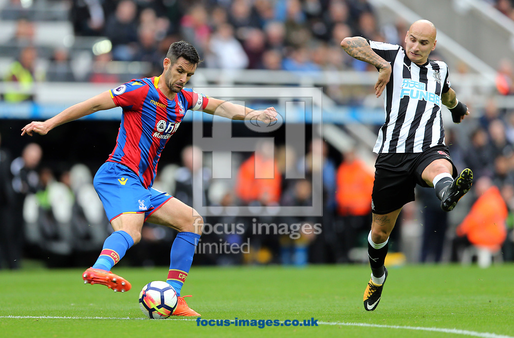 Jonjo Shelvey (r) of Newcastle United and Scott Dann of Crystal Palace during the Premier League match at St. James's Park, Newcastle<br /> Picture by Simon Moore/Focus Images Ltd 07807 671782<br /> 21/10/2017