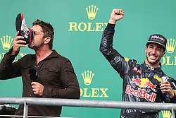 Formel 1: Grosser Preis der USA in Austin, Renntag / 231016<br /> <br /> ***Gerard Butler (GBR) Actor and Daniel Ricciardo (AUS) Red Bull Racing RB12.<br /> 23.10.2016. Formula 1 World Championship, Rd 18, United States Grand Prix, Austin, Texas, USA, Race Day.<br /> ***